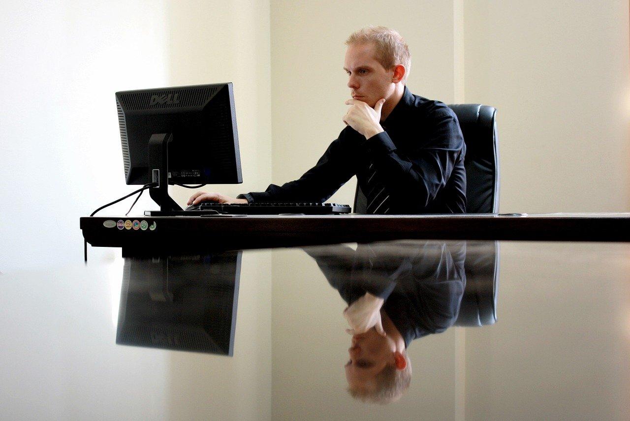 PCを凝視する専門家